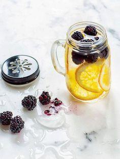 Elle commence à envahir Pinterest à l'approche des beaux jours... C'est la boisson « healthy » tendance de cet été ! Voici 10 recettes de détox water...