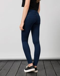 BSK push up jeans. Discover this and many more items in Bershka with new products every week Winter Mode Outfits, Lazy Day Outfits, Winter Fashion Outfits, Cute Fashion, Look Fashion, Cute Sporty Outfits, Casual Outfits, Push Up Jeans, Beste Jeans