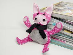Ein kleines Glückschwein mit Bastelfilz von folia selber machen. Anleitung und Schnittmusterbogen unter http://forum.folia.de/basteln-mit-filz/2706-lustiges-ferkel-n%C3%A4hen