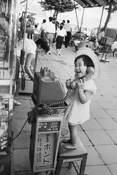 japon ๏ by french photographer marc riboud japan © collection photo enfant child kind petite fille little girl street scene Marc Riboud, Vintage Pictures, Old Pictures, Old Photos, Black White Photos, Black And White Photography, Photo Souvenir, Japan Photo, Jolie Photo