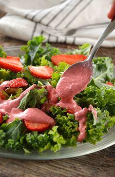 Esta vinagreta de fresa es ideal para acompañar tus ensaladas. Tiene un delicioso sabor a fresa y gracias al Yoghurt Estilo Griego tiene una consistencia ideal.