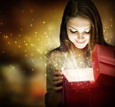 Ивелина Никова Коледа е! Коледа е! Вълшебен миг в годината! Пеят в тишината сребърни звънчета. Коледа е! Пукат съчки във камината, еленчета летят над снежните полета. Коледа е! Елхата празнично блести. И надежди във сърцата ни се раждат. Коледа е! А небето, пълно със звезди, луната със шампанско утолява жажда. Коледа е! Най-светлото, магично време! Навярно Бог от радост плаче, щом сълзи праща със снежинки. И нека всеки вземе шепа сняг, да сбъдне съкровените мечти!