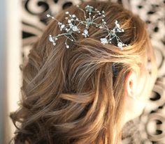 Ha leengedve hagynád a hajad, választhatsz kicsit komolyabb díszt is, amilyen ez a folyondár-virágfüzér.