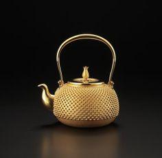 A JAPANESE GOLD TEAPOT BY ISHIKAWA KOUICHI