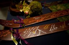 Great idea for a guest book for the ski-enthusiasts. Have your guests sign a pair of vintage skis to hang up and display!
