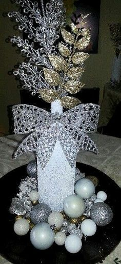 Spray painted wine bottle rolled in Epsom salt, dollar store decorations and fillers.bam Christmas d Wine Bottle Centerpieces, Christmas Centerpieces, Xmas Decorations, Party Centerpieces, Holiday Crafts, Christmas Crafts, Holiday Decor, Christmas Wine Bottles, Painted Wine Bottles