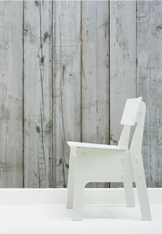 The wallpaper emulates planks of scrapwood, which gives a warm and rustic feeling to your home.