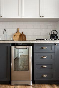 Armários da cozinha, parte de baixo escura e em cima branco.