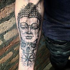 Tatuagem feita por Lucas Martinelli de São Paulo.    Buda com caveira e bússola em blackwork no braço.