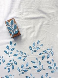 handprinted textiles by Karaka www.atelierkaraka… handprinted textiles by Karaka www.Hand print textiles with Karaka Handmade / Stamped textiles www.Pretty blue leaf stamp on fabrichandbedruckte Textilien von Karaka www.diy, flower, and stamp Diy Stamps, Handmade Stamps, Fabric Painting, Fabric Art, Fabric Crafts, Block Painting, Fabric Paint Designs, Encaustic Painting, Painting Art