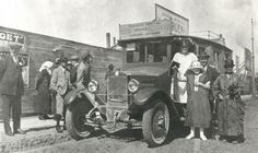 Nurmijärveläisiä messuilla Helsingissä vuonna 1925. Linja-autoliikenteen kehittyminen muutti matkantekoa merkittävästi.