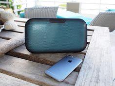Denon Envaya bluetooth højtaler  TL;DR:  + Blandt markedets bedste bluetooth højtalere Fremragende lyd  Endnu mere imponerende bass Stilfuldt design  Premium bygget kvalitet  Mulighed for at skifte mellem fire farver  Kan oplade smartphones via USB-indgang - Batterilevetid på 6 timer i stedet for 10  Upraktisk og grim oplader  Har nemt ved at få små ridser hist og her