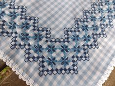 Este verano nos marcamos el reto de hacer alguna cosa con este bordado y elegí un cubre bandeja, algo pequeño.           El remate de ganch...