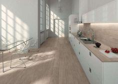 Abbinare il pavimento al rivestimento della cucina - Piastrelle effetto legno e cucina bianca