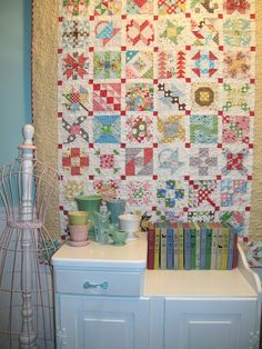 Bee In My Bonnet: My Farmers Wife Quilt is Finished! I wish I was sayin that love this quilt! Sampler Quilts, Scrappy Quilts, Quilting Projects, Quilting Designs, Quilting Tutorials, Quilting Ideas, Dear Jane Quilt, Farmers Wife Quilt, Bee In My Bonnet