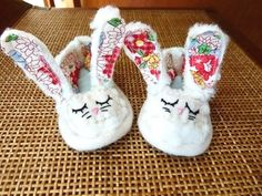Welcome Easter with a cozy pair of bunny baby shoes. No baby will refuse this delicious treat for their feet! (in Portuguese) Easter Presents, Easter Gift, Easter Bunny, Bunny Crafts, Easter Crafts, Easter Ideas, Kids Crafts, Sewing For Kids, Baby Sewing