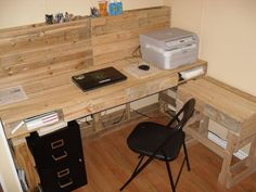 Diy dorm room crafts : DIY Pallet Computer Desk