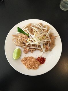 Kapunka a bien trouvé sa place dans ce quartier de la gastronomie asiatique. Non loin de la rue Sainte-Anne, ce délicieux restaurant thaïlandais (qui compte aussi une adresse au 51 rue Saint-Sauveur dans le 2e) tranche tout de même avec ses voisins nippons, implantés massivement dans cette zone du 1er arrondissement. Kapunka (qui signifie « merci » en thaï) ne joue pas dans la surenchère : à la déco moderne et design s'ajoutent simplement quelques touches thaïlandaises typiques, comme la…