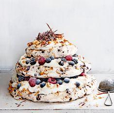 meringue cake with chocolate & hazelnut liqueur delicious. Meringue Pavlova, Meringue Cake, Meringue Recept, Köstliche Desserts, Dessert Recipes, Delicious Magazine, Savoury Cake, Cakes And More, Relleno