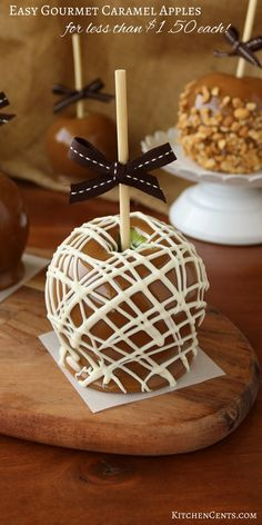 Inexpensive Homemade Caramel Apples - - crisp, tart granny smith apples covered in homemade caramel and gourmet toppings like peanuts, chocolate, candy and more. A great year-round gift! Carmel Apple Recipe, Homemade Caramel Recipes, Apple Recipes, Apple Desserts, Easy Desserts, Dessert Party, Fall Treats, Holiday Treats, Gourmet Caramel Apples