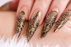 stiletto_nail_art_gold