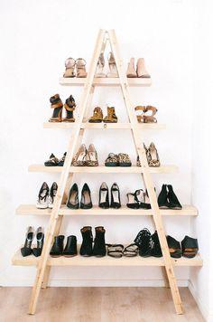 Une étagère triangulaire en bois pour ranger les chaussures.