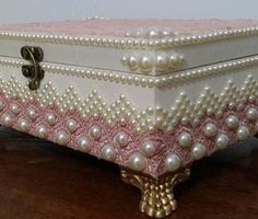 Neat use of pearls on corners Box Creative, Cigar Box Crafts, Altered Cigar Boxes, Diy And Crafts, Arts And Crafts, Decoupage Box, Antique Boxes, Hat Boxes, Pretty Box