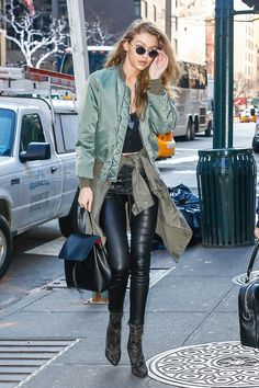 Gigi Hadid Cool Style, My Style, Models Off Duty, Celebrity Look, Fall Looks, Mode Inspiration, Simple Outfits, Fashion Pants, Autumn Winter Fashion