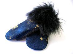 Mitaine bleue, mitaine de laine, laine bouillie, mitaine pour femme, sweater mitten, sweater mittens, mitaines recyclées, matériaux recyclés de la boutique CroqueMitaines sur Etsy Fur Slides, Slippers, Couture, Boutique, Sandals, Shoes, Etsy, Fashion, Blue Wool