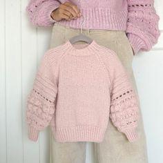 LINDTEINGENSER BARN MED RAGLAN. En enklere variant av denne populære genseren, med de velkjente ermene og raglanfelling. Design Tove Lindtein. Garnpakke i Phil Nuage 2-12 år. Sarees, Turtle Neck, Pullover, Children, Sweaters, Design, Fashion, Winter Time, Blouses