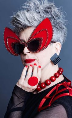 Christine Hahn - - Advanced Style - You are in the right place about Advanced Style kimono Here we offer you the most beautifu Style Funky, My Style, Vintage Style, Cat Eye Sunglasses, Round Sunglasses, Advanced Style, Young At Heart, Ageless Beauty, Aging Gracefully