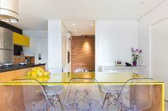 mesa-amarela-sala-branca-parede-tijolinho