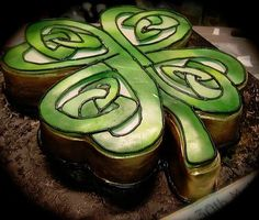 Celtic clover cake for St. Celtic Clover, Celtic Shamrock, Beautiful Cakes, Amazing Cakes, Celtic Knot Tattoo, Celtic Knots, Celtic Tattoos, St Patricks Day Cakes, Tattoo Cake