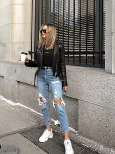 Stylish ideas: How to create the perfect outfit for torn jeans Styl Modetrends Style Outfits, Mode Outfits, Jean Outfits, Fashion Outfits, Jeans Fashion, Fashion Ideas, Outfits With Black Jeans, Hippie Outfits, Fashion Clothes