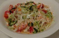 Receta casera y fácil de ensalada de pepino, tomate, zanahoria y salsa de yogur