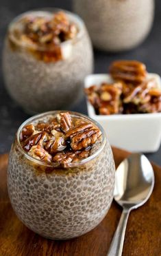 Healthy Recipes Sticky Bun Chia Seed Pudding Recipe - healthy, vegan, gluten free dessert or breakfast made with no refined sugar. - Creamy chia seed pudding topped with an easy sticky bun nut topping. Breakfast Desayunos, Breakfast Recipes, Breakfast Ideas, Dinner Recipes, Breakfast Smoothies, Healthy Sweets, Healthy Snacks, Healthy Recipes, Healthy Eating