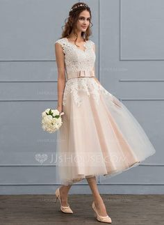 [CHF A-Linie V-Ausschnitt Wadenlang Tüll Brautkleid mit Schleife(n) - JJ's House A-Line / Princess V-neck Tea-Length Tulle Wedding Dress With Bow (s) Robes Country, Country Dresses, Bridal Party Robes, Wedding Party Dresses, Bridesmaid Dresses, Wedding Dress Cinderella, Tulle Wedding, Wedding Reception, Wedding Dress Tea Length