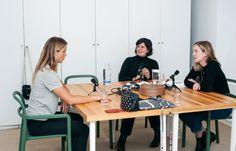 Seis 'podcasts' de belleza y bienestar que deberías escuchar - Noticia - Tendencias - Mas: Mujeres a seguir Table Indus, Conference Room, Desk, Nuevas Ideas, Furniture, Ikea, Industrial, Home Decor, Audio