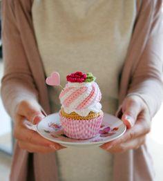 Cupcake de crochet de nata y fresa. Con caja de regalo por iamamess, €16.00