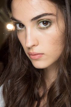 Runway Beauty: Metallic Green Eyes at Atelier Versace Fall 2015 Couture Couture Fashion, Fashion Show, Camille Hurel, Bregje Heinen, Fill In Brows, Show Beauty, Romantic Look, Atelier Versace, Summer Makeup