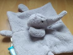La petite Flavie avait un doudou éléphant très abîmé (comme beaucoup d'enfants !) et j'ai eu une demande de sa maman pour en refaire un. Comme je ne peux pas résister à son petit minois je me suis lancée. J'ai commencé en dessinant les gabarits sur des feuilles de papier. J'ai fait les mesures de tissu qu'il me fallait et j'ai acheté de la polaire grise. J'ai pris un peu large pour faire mes tests. J'ai commencé en faisant la tête de l'éléphant en intégrant des yeux de sécurit Comme, Dinosaur Stuffed Animal, Leaves, Mom, Eyes, Fabric