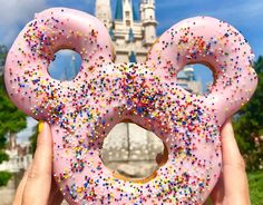 We have an update on the Disney Dining Plan snack credit eligibility for the GIANT Mickey Celebration Donuts in Magic Kingdom. plus a new spot to find them! Disney Desserts, Disney Snacks, Disney Themed Food, Cute Desserts, Disney World Essen, Disney World Food, Disney Springs, Magic Kingdom, Comida Disneyland