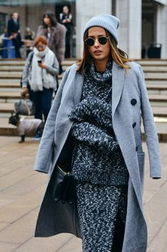 Te recomendamos que tengas preparado ya tu gorro para este invierno a conjunto con tu abrigo ¡¡cool!! #gorro #gris #abrigo #frío #invierno #moda #mujer