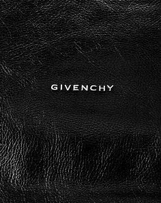 Detail van een Givenchy tas, ontworpen onder leiding van Ricardo Tisci, creative director van Givenchy. Leer heeft mij als materiaal altijd al geboeid, ik houd van het materiaal omdat het zich blijft ontwikkelen. Leer leeft en krijgt een mooier uiterlijk door gebruik. De grafische letters van het logo staan hiermee in contrast, zowel letterlijk qua kleur maar ook qua materialiteit.
