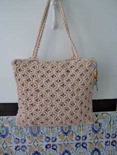 Снова спешу поделиться с вами различными идеями макраме сумок, которые я 'подсмотрела' в интернете у мастеров разных стран. Здесь представлены модели из России, Таиланда, Индонезии, Аргентины, Испании, Италии, США, Японии и Франции. Это современные сумки. Их дизайн удивляет разнообразием цветов и узоров. Приятного просмотра! &hel… Collar Macrame, Macrame Purse, Macrame Knots, Macrame Patterns, Crochet Patterns, Macrame Chairs, Sashiko Embroidery, Baby Girl Crochet, Boho Bags