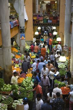 MAURITIUS - PORT LOUIS - shopping in a vegetable market.