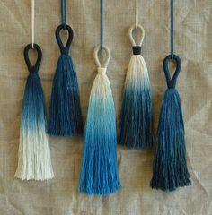 Traditionally called shibori in Japan, the art of dying in indigo is a rising trend thanks to pretty watercolor patterns and dreamy, vibrant color. Diy Tassel, Tassels, Shibori, Diy Collier, Diy Sac, Indigo Dye, Schmuck Design, Fiber Art, Weaving