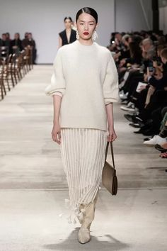Jil Sander Fall Winter 2020 - 2021 fashion show at Milano Fashion Week MFW (February Style Couture, Couture Fashion, Fashion Show, Jil Sander, Vogue Paris, Long White Coat, Milano Fashion Week, Knitwear Fashion, Beige