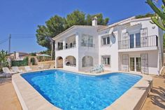 BIG HOUSE SMALL PRICE Montesinos Falcon Real Estate presents this wonderful villa in the area of Sabatera, Moraira, Costa Blanca. 220 MTS 6 BEDROOMS