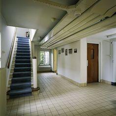 Hal met trap naar de begane grond, gelegen in de overgang van het souterrain tussen het middengedeelte en de Baarnse vleugel